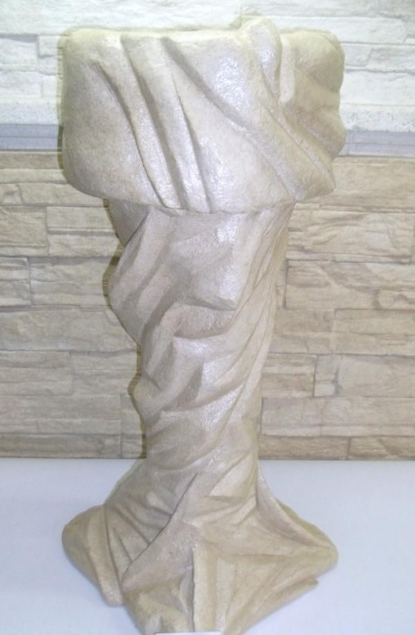 """""""Colonne imitation pierre sculpté"""" et """"Cache pot imitation pierre sculpté"""" PIÈCES UNIQUES (papier & plastique 100% recyclé) .Distribué chez FERNANDE fleuriste ville Lemoyne(Longueuil)."""