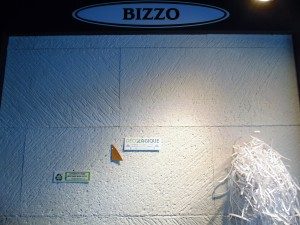 • SPONGIEUX '' BIZZO Blanc'' Vu sa couleur intégée votre mur deviens un BABILLARD